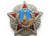 Едва ли не главным героем торжеств, связанных с проведением Парада Победы в Петербурге стал один из ветеранов, приглашенный в качестве почетного зрителя на трибуну и попавший в объективы теле- и фотожурналистов