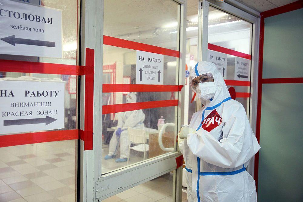 В «красной зоне» продолжают войну с коронавирусом: героические фото врачей