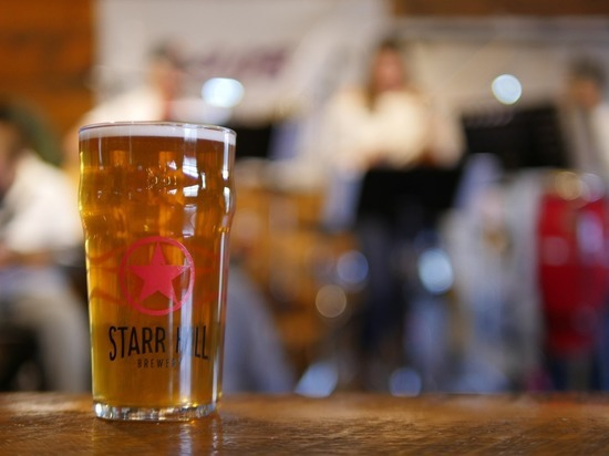 Германия: В Сааре пиво снова можно покупать у барных стоек