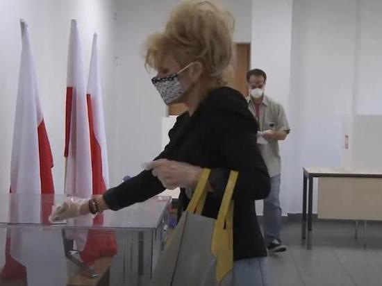 Опрос: второй тур президентских выборов в Польше выиграет Дуда