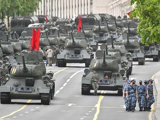 """Китайские журналисты назвали """"смертоносными машинами"""" танки на параде Победы"""