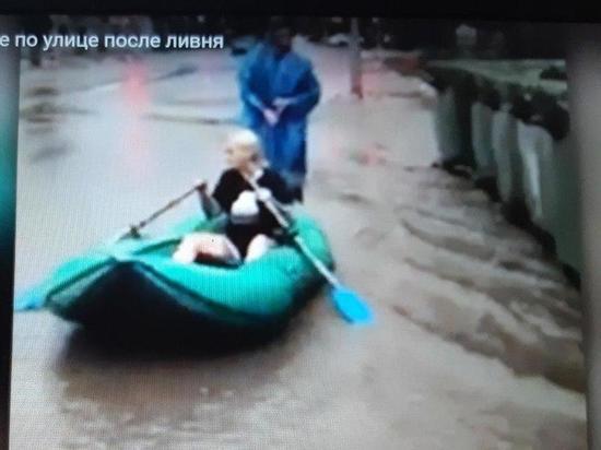 Саратовцы устроили заплыв на резиновой лодке по затопленным дождем улицам