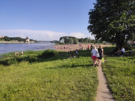 Более 900 псковичей отдохнули на городском пляже за 5 дней