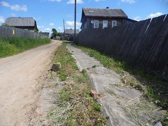 Жительницы Омутнинска смастерили тротуары из рубероида
