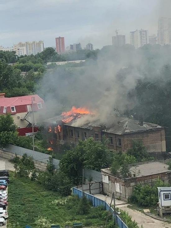 Расселенный барак горит в Новосибирске