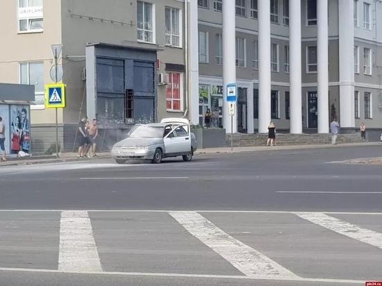 ВАЗ-2110 загорелся в центре Пскова