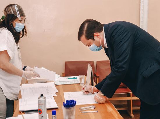 Глава Смоленщины в первых рядах проголосовал за поправки