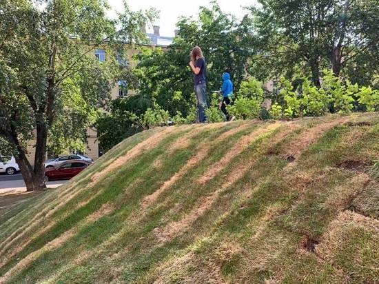 В сквере Виктора Цоя погиб уложенный наспех газон