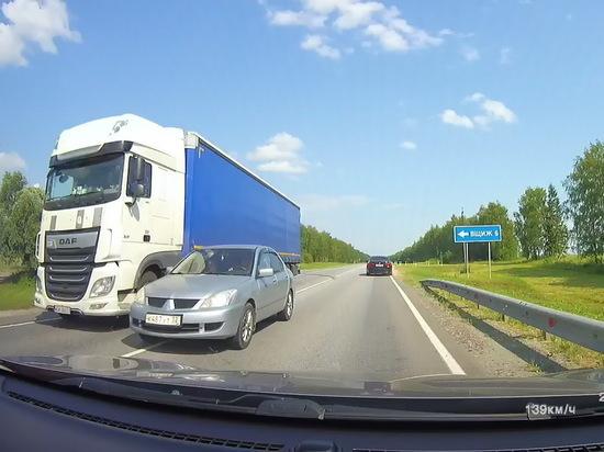На трассе под Брянском сняли на видео водителя-«камикадзе»