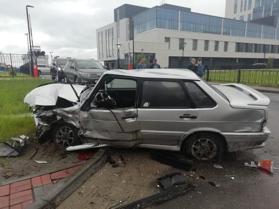 Водитель ВАЗа получил травмы при столкновении авто в Новом Уренгое