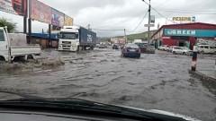 Ливневые воды снова затопили дорогу возле баз на Лазо в Чите