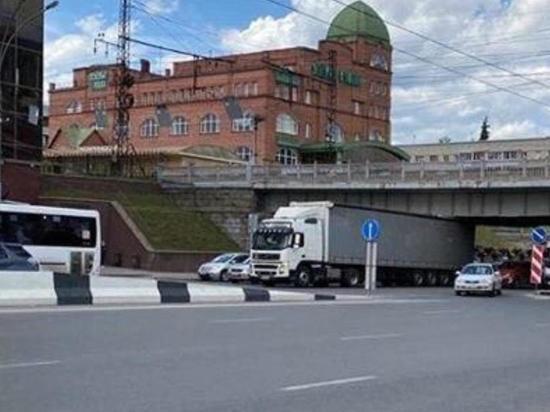 Грузовик застрял под железнодорожным мостом в Новосибирске