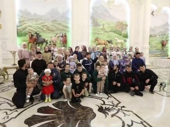 Кадыров показал большую семью на встрече с матерью