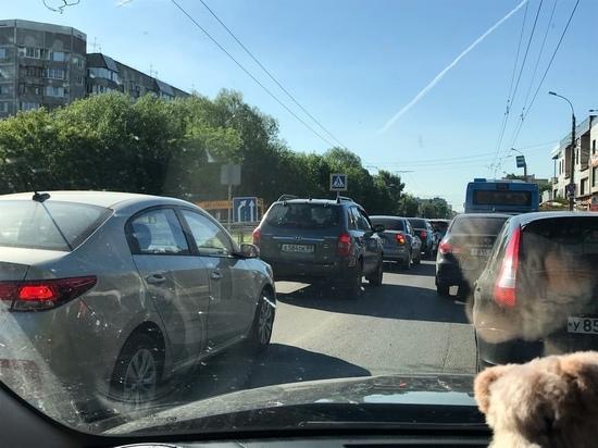 В Заволжском районе Твери собралась пробка из-за перекрытой дороги