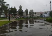 В Муравленко огромная лужа преградила проход по улице