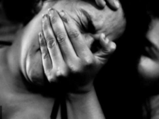 Пенсионерку заставили смотреть на изнасилование внучек