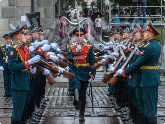 Парад с особым смыслом: губернатор отметил, что в день празднования Победы вновь идет бой за жизнь и здоровье людей
