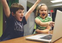 Новгородские законодатели внесли в Госдуму законопроект, который предлагает разрешить использование средств материнского капитала на покупку гаджетов и ноутбуков - чтобы школьники могли учиться дистанционно, если вдруг эпидемия к осени не закончится
