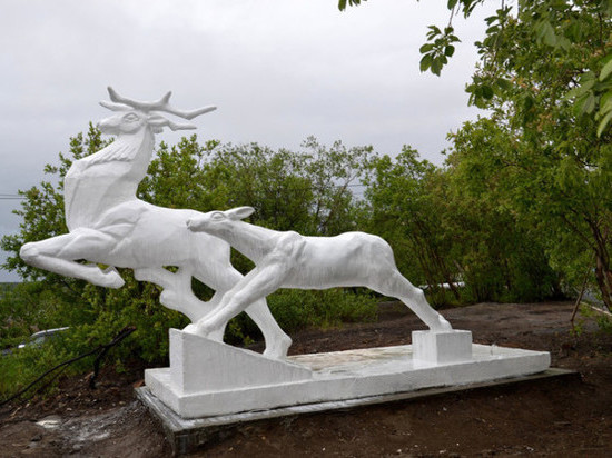 Обновлённую скульптуру оленей в Никеле вернули на место