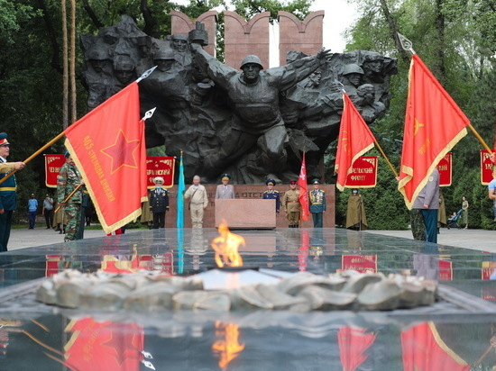 Юбилей Парада Победы и шествие боевых знамен по улицам Алматы