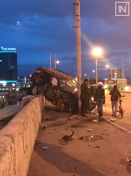 Пьяный водитель налетел на ограждение на Макаровском мосту в Екатеринбурге