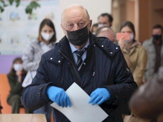 Сенатор Эдуард Россель проголосовал по месту прописки в Екатеринбурге