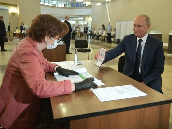 Путин проголосовал за поправки в Конституцию без маски и перчаток