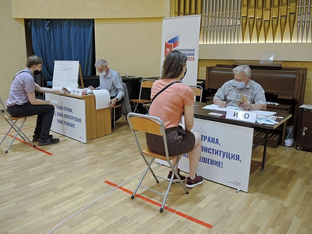 Кто пришел голосовать по Конституции: кадры с участков