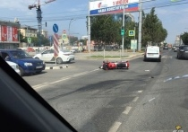 В центре Новосибирска таксист сбил байкера