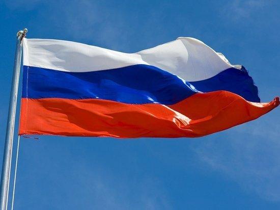 В Петербурге несколько молодых людей надругались над флагом России, сообщает «Фонтанка»