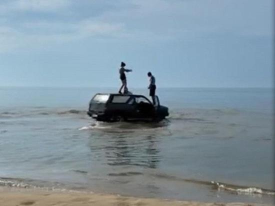 Житель Бурятии загнал автомобиль в Байкал и устроил танцы на его крыше