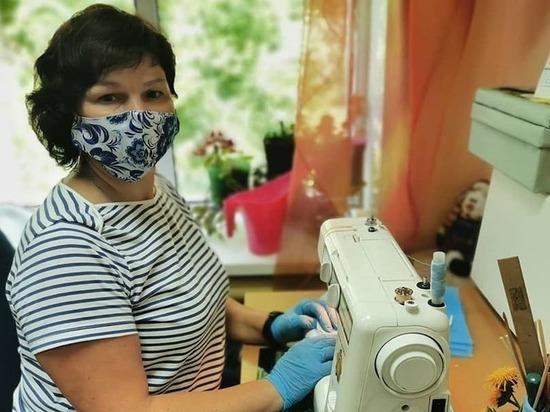 Специалист Серпуховского центра сшила несколько сотен масок