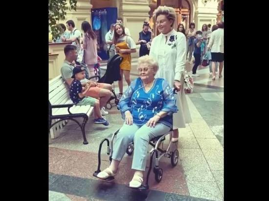 Малышева провезла пережившую коронавирус мать на кресле-каталке по ГУМу