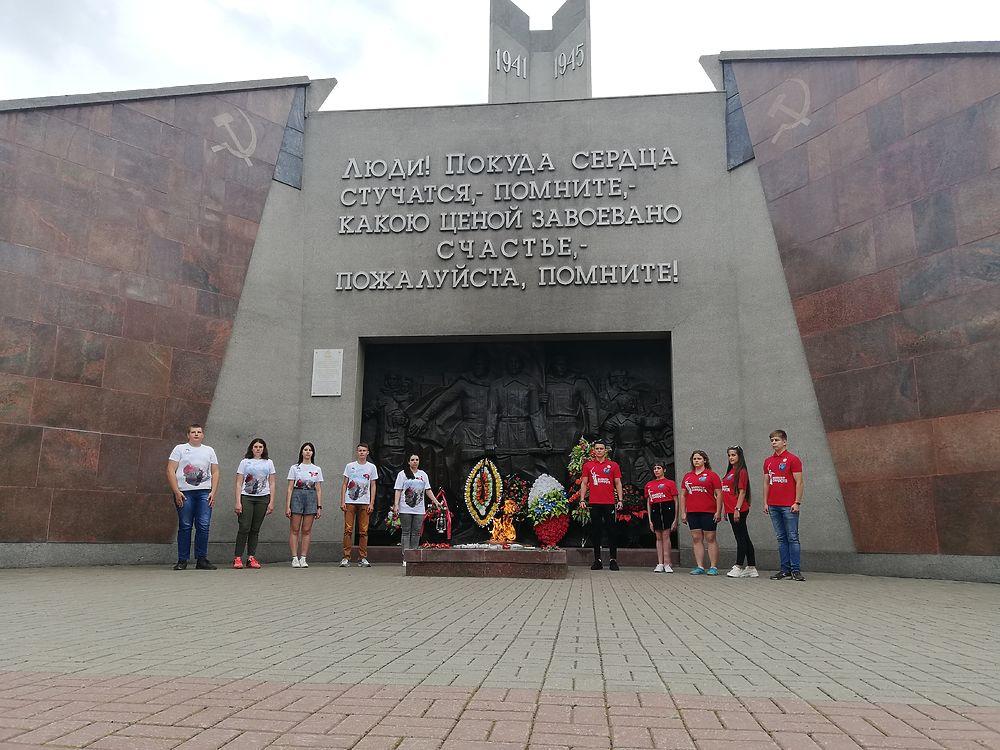 Волонтеры в Смоленске присоединили Вечный огонь из сквера Памяти героев к другому огню