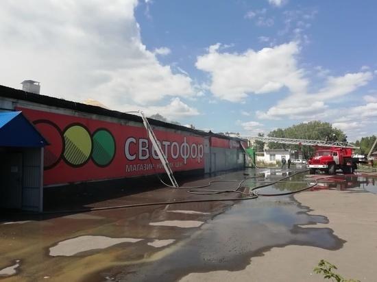 В Челябинской области загорелась кровля магазина известной торговой сети