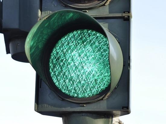На оживленном перекрестке в Сургуте перенастроят светофор