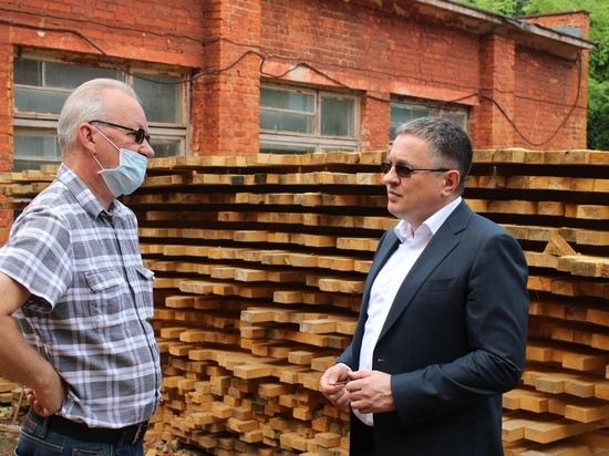 Денисов проверил ход ремонта старейших калужских школ и рассказал, когда вода перестанет вонять