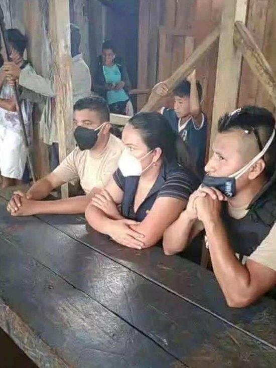Аборигены похитили полицейских в Эквадор, требуя вернуть тело жертвы коронавируса
