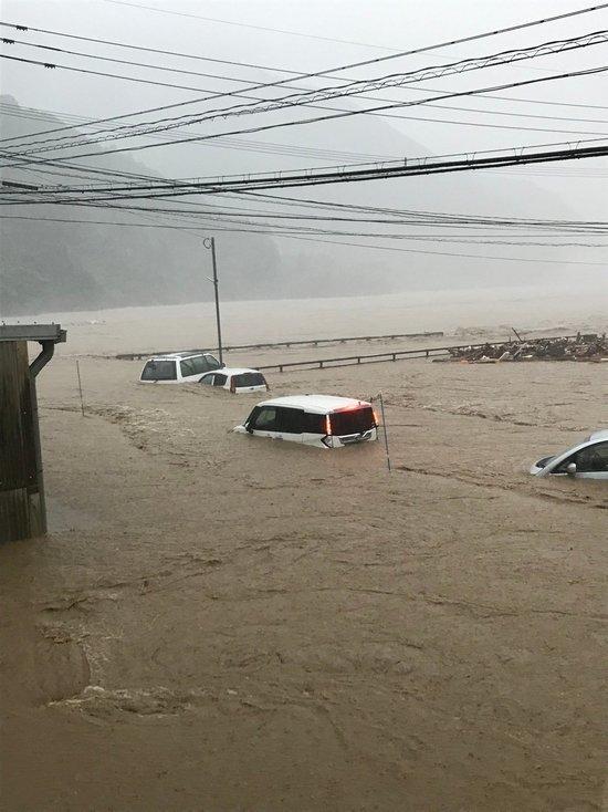 Около 10 тыс. военных направили на места наводнений на юго-западе Японии