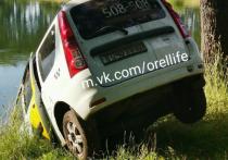 В Орловской области автомобиль такси оказался в пруду