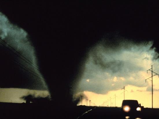 В Сети появились несколько видеозаписей, на которых запечатлено природное явление, очень похожее на образующееся торнадо