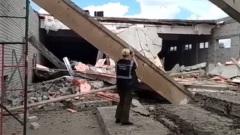 Три человека погибли при обрушении ТЦ в Кировской области: видео