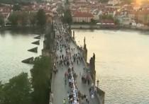 В Праге «накрыли» Карлов мост, чтобы отметить окончание карантина