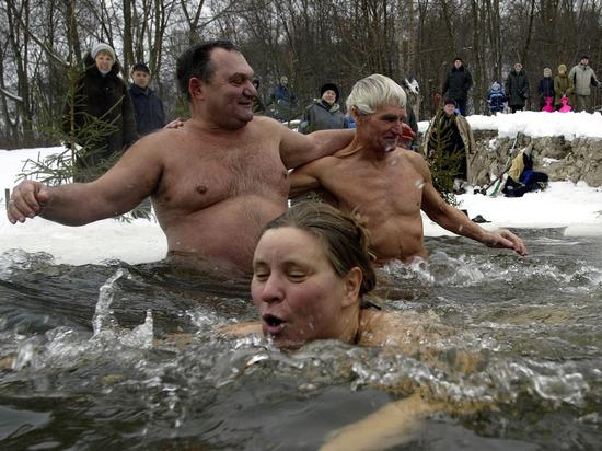 Китаец оторопел, увидев, как русские купаются в мороз -70