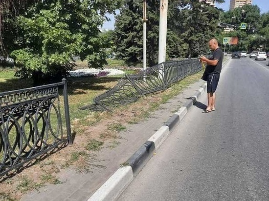 Автомобилист на иномарке снес металлическое ограждение в Ростове