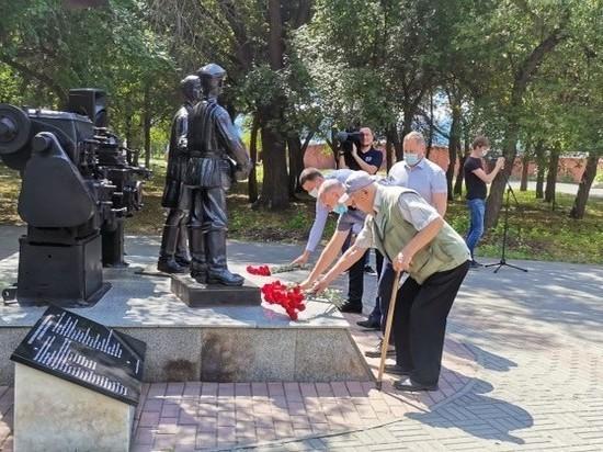 В Челябинске возложили цветы к памятнику «Труженикам тыла»