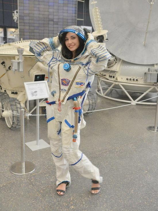 Ведущая федерального канала посетила Калугу и снялась в костюме космонавта