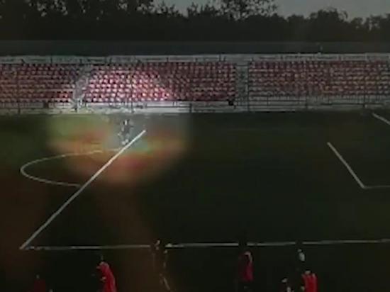 Удар молнии в российского футболиста попал на видео