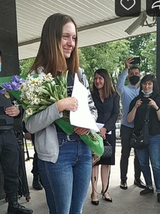 Аплодисментами встретили выходящую из суда журналистку Светлану Прокопьеву