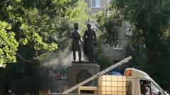 Как в Оренбурге моют памятники